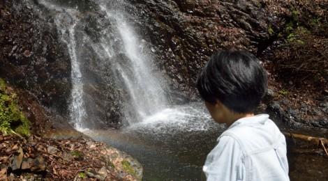 白糸の滝・山梨県【笑顔に表れる、滝セラピーの効果】