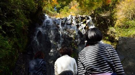 箱根の滝ガール会レポート【前編・紅葉に彩られた飛龍の滝】