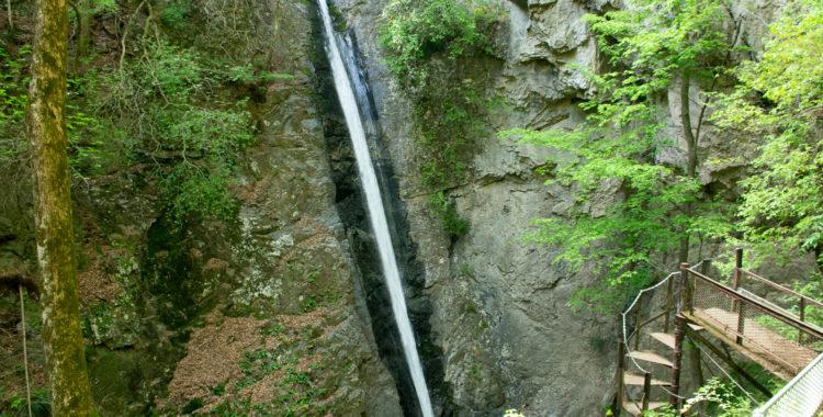 線ヶ滝・群馬県【潔い直線!南牧三名瀑のユニーク滝】